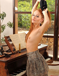 Denisa screws herself real good on the piano with the vibe!